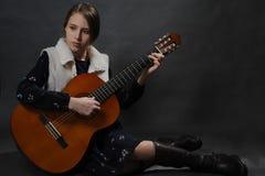 Красивая девушка подростка с гитарой Портрет студии стоковые изображения