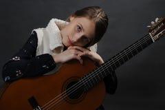Красивая девушка подростка с гитарой Портрет студии стоковое изображение