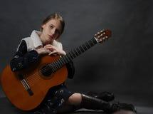 Красивая девушка подростка с гитарой Портрет студии стоковые изображения rf