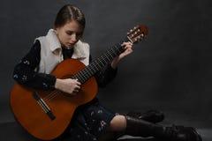 Красивая девушка подростка с гитарой Портрет студии стоковое фото