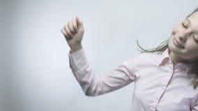 Красивая девушка показывает язык жестов утехи в slowmo сток-видео