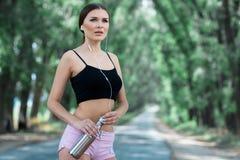Красивая девушка получая готовый для jogging утра Стоковая Фотография