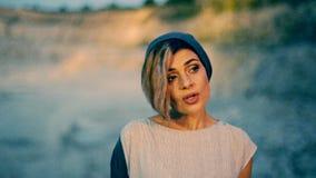 Красивая девушка поя песню на абстрактной предпосылке видеоматериал