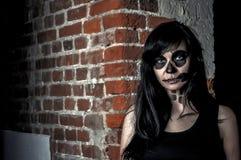 Красивая девушка представляя в стиле хеллоуина Стоковое Изображение RF