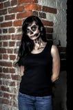 Красивая девушка представляя в стиле хеллоуина Стоковое Изображение