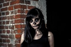 Красивая девушка представляя в стиле хеллоуина Стоковые Изображения