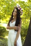 Красивая девушка представляя на фотосессии в лесе Стоковые Изображения