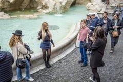Красивая девушка представляя около фонтана Trevi, Рима, Италии Стоковые Фото