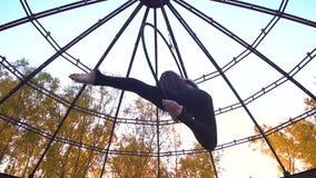 Красивая девушка сидит в кольце для воздушной акробатики, замедленном движении акции видеоматериалы