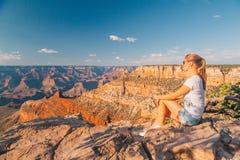 Красивая девушка сидя на пике стоковые изображения rf