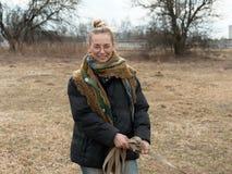 Красивая девушка смеясь заразно в природе весной стоковая фотография