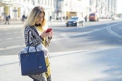 Красивая девушка стоит около дороги стоковые изображения rf