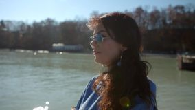 Красивая девушка стоит около моря и наблюдает прочь видеоматериал