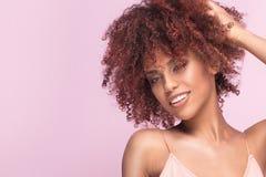 Красивая девушка с афро усмехаться стоковые фотографии rf