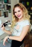 Красивая девушка с белыми волосами с щетками в ее руках, профессия художника состава Стоковые Фотографии RF