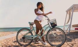 красивая девушка с велосипедом на пляже Стоковое Изображение RF