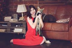 Красивая девушка с лисой Стоковая Фотография