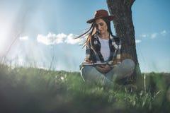 Красивая девушка с ручкой и тетрадь на свежем воздухе стоковое фото rf