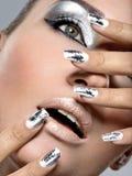 Красивая девушка с серебряными составом и ногтями Стоковое Изображение