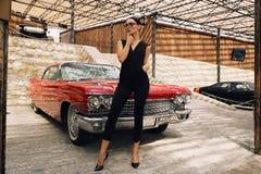 Красивая девушка с темными волосами в элегантных одеждах представляя в luxur Стоковое Изображение RF