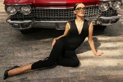 Красивая девушка с темными волосами в элегантных одеждах представляя в luxur Стоковые Изображения