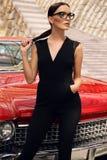 Красивая девушка с темными волосами в элегантных одеждах представляя в luxur Стоковое фото RF