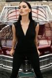 Красивая девушка с темными волосами в элегантных одеждах представляя в luxur Стоковая Фотография