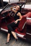 Красивая девушка с темными волосами в элегантных одеждах представляя в luxur Стоковое Фото