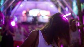 Красивая девушка танцует в ночном клубе диско 1920x1080 акции видеоматериалы