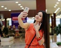 Красивая девушка фотографирует Стоковые Изображения