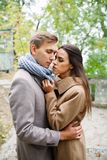 Красивая девушка хочет расцеловать парня Стоковая Фотография