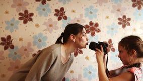 Красивая девушка целует объектив фотоаппарата видеоматериал