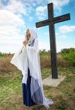 Красивая девушка эльфа около большого креста Стоковое Изображение RF