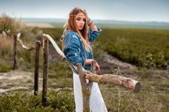 Красивая девушка boho с курткой джинсов и белизна одевают около сплотка Стоковые Изображения RF