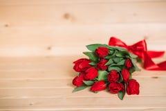 Красивая деревенская предпосылка с красными тюльпанами Красочная карточка на день матерей, день рождения, международный день 8-ое Стоковые Фото