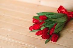 Красивая деревенская предпосылка с красными тюльпанами Красочная карточка на день матерей, день рождения, международный день 8-ое Стоковая Фотография