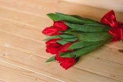 Красивая деревенская предпосылка с красными тюльпанами Красочная карточка на день матерей, день рождения, международный день 8-ое Стоковое фото RF