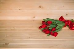 Красивая деревенская предпосылка с красными тюльпанами Красочная карточка на день матерей, день рождения, международный день 8-ое Стоковое Фото