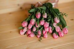 Красивая деревенская предпосылка с розовыми тюльпанами Красочная карточка на день матерей, день рождения, международный день 8-ое Стоковое фото RF