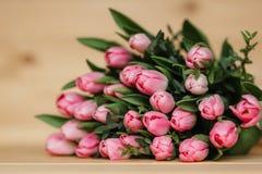 Красивая деревенская предпосылка с розовыми тюльпанами Красочная карточка на день матерей, день рождения, международный день 8-ое Стоковая Фотография RF
