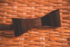Красивая деревянная коричневая бабочка с аксессуарами стоковое фото rf