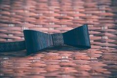 Красивая деревянная коричневая бабочка с аксессуарами стоковое изображение rf