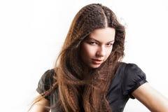 Красивая длинн-с волосами молодая женщина имеет мечту стоковые изображения rf