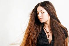 Красивая длинн-с волосами молодая женщина имеет мечту стоковое фото rf