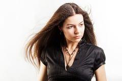 Красивая длинн-с волосами молодая женщина имеет мечту стоковая фотография rf
