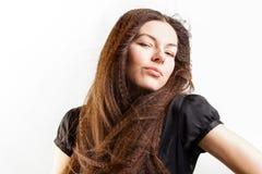 Красивая длинн-с волосами молодая женщина имеет мечту стоковые фотографии rf