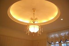 Красивая дорогая люстра с красивым светом Стоковое Изображение RF