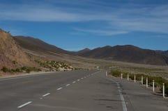 Красивая дорога между горами Стоковые Фотографии RF