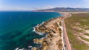 Красивая дорога по побережью океан на солнечный день, вид с воздуха Португалии от трутня Стоковые Фотографии RF