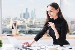Красивая европейская женщина используя компьтер-книжку Стоковое Изображение RF